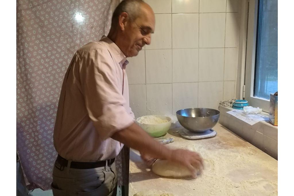 """Frank_Metzger4.v1 Frank e """"il pane di Gandhi"""": tutti in fila per le sue pagnotte acqua, farina e anima"""