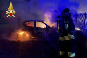 auto in fiamme a carugo