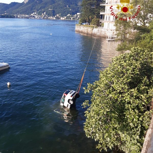 auto nel lago 4