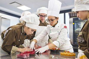 Centro Formazione Professionale di Monte Olimpino studenti in pasticceria  ph: Carlo Pozzoni