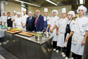 Como scuola CFP Centro Formazione Professionale alunni in cucina con il Presidente della Fondazione Cariplo Giuseppe Guzzetti e e l'ex direttore Silvio Peverelli
