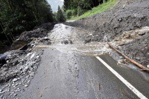 frana-alluvione-strada-allagata-detriti