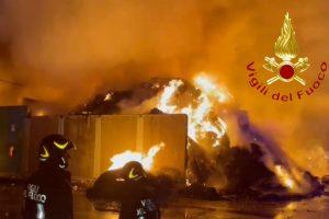 incendio-cermenate-azienda-rifiuti-vigili-fuoco-3