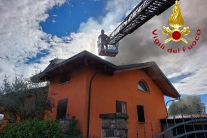 incendio-tetto-lurago-marinone-vigili-fuoco-2