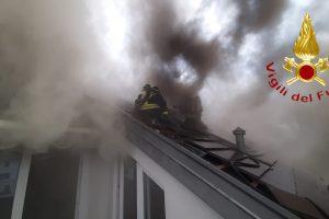 incendio-tetto-valmorea-vigili-fuoco (1)