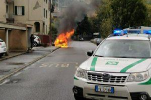 polizia-locale-auto-fiamme-via-brogeda