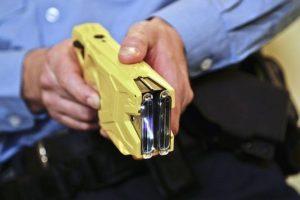 Foto IPP/picture alliance 28.04.2017 nella foto un Taser - arma da difesa che fa uso di una scarica elettrica per far contrarre i muscoli del soggetto colpito  - WARNING AVAILABLE ONLY FOR ITALIAN MARKET