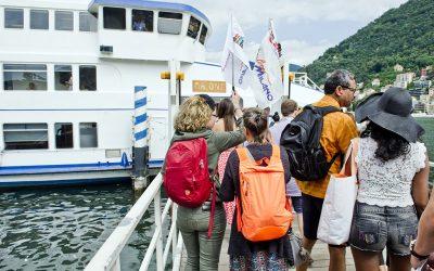turisti all'imbarco su battello della Navigazione Laghi per gita di Ferragosto                       ph: Carlo Pozzoni
