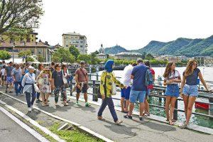 turisti in vial Geno il giorno di Ferragosto                   ph: Carlo Pozzoni